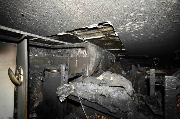 Das Feuer brach in der Küche aus.