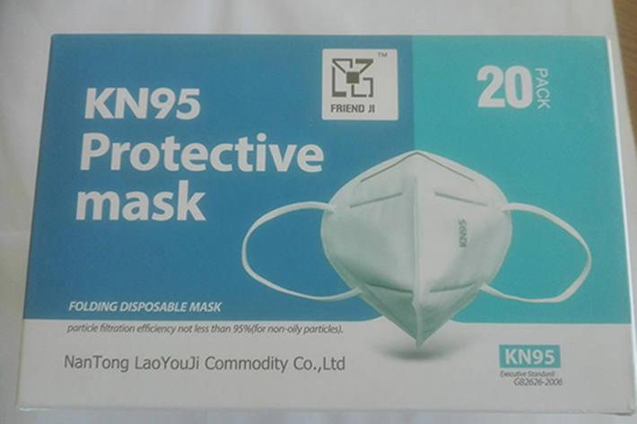 Weiße faltbare Gesichtsmaske mit Ohrschlaufen und Nasenclip außen