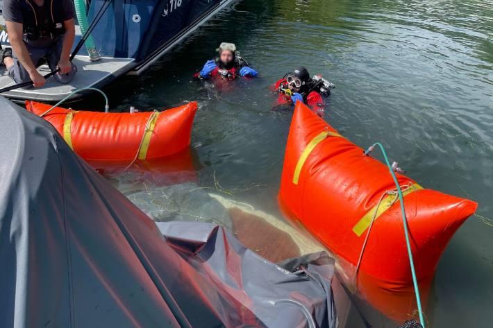Ein Boot ist in Pfäffikon SZ wegen den Unwettern gesunken.