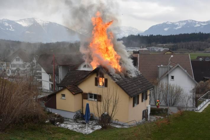 Beim Brand in Neuhaus SG konnten sich die zwei Bewohner selbst aus dem Haus retten.