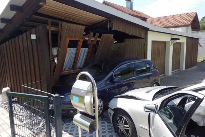 Geparktes Auto wird in Jestetten in Holzschopf geschoben