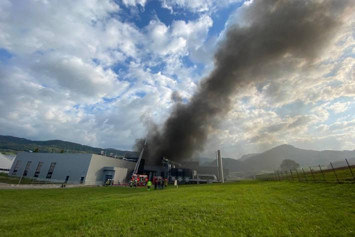 Brand in Industriebetrieb erfordert grosses Aufgebot an Einsatzkräften