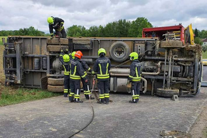 Heute wurden die Feuerwehr zu einer LKW-Bergung nach Perbersdorf gerufen