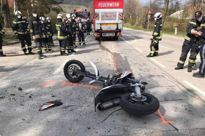 Der Motorradlenker sei zu Sturz gekommen und erlitt Verletzungen unbestimmten Grades