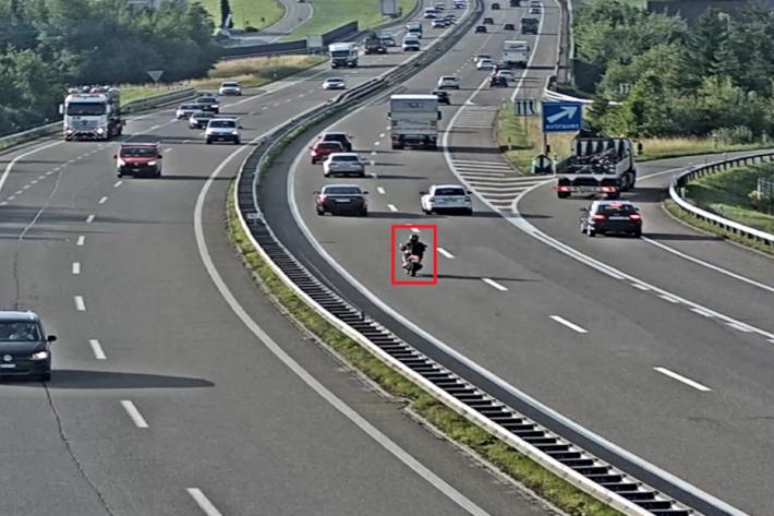 Unbekannte Person auf Motorrad flüchtet nach Kollision auf der A1 in St.Gallen