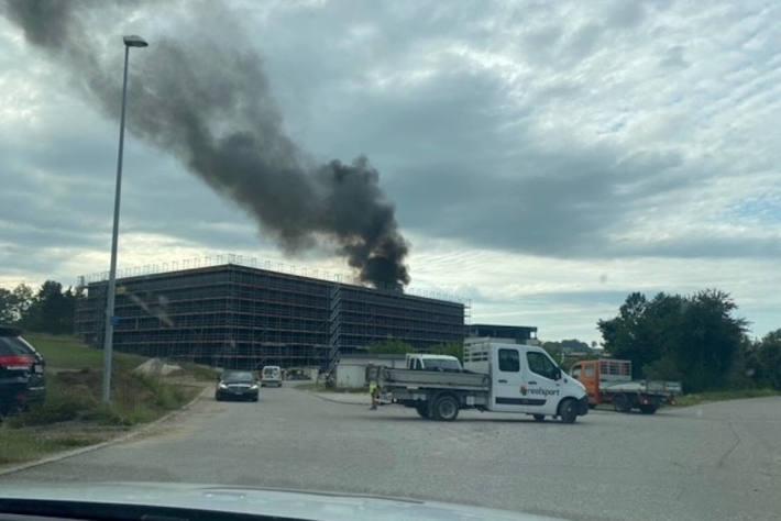 Brandausbruch auf Dach in Rossens – Arbeiter verletzt