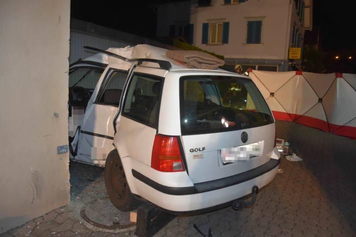 Das Auto wurde beim heftigen Aufprall zerstört.