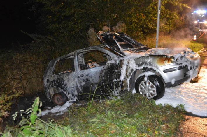 Auto geht in Flammen auf - Fahrer flüchtet zu Fuß