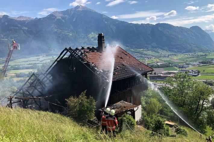 In Mastrils GR brannte heute ein Wohnhaus und ein Stall nieder.