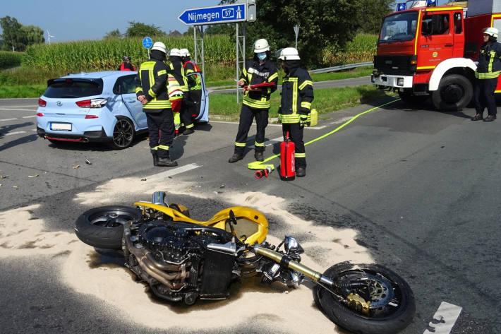 Auslaufende Betriebsmittel nach Verkehrsunfall zwischen PKW und Motorrad