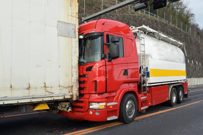 Auffahrkollision zwischen Lastwagen und Sattelmotorfahrzeug A2 Horw