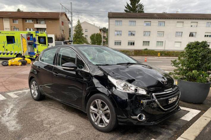 Kollision zwischen Personenwagen und Motorrad – zwei Personen verletzt in Muttenz