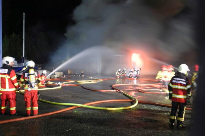 Im Moment laufen die Ermittlungen zum Brand auf Hochtouren.