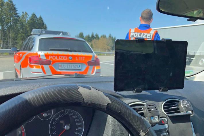 Film geschaut beim Autofahren auf der A2 bei Emmenbrücke