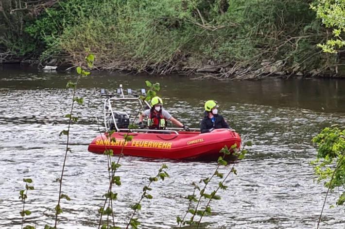 Feuerwehr rettet drei Kinder von Insel auf Sieg in Sankt Augustin