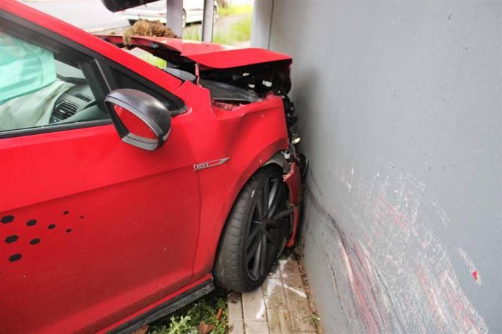 Autofahrer landet in Duisburg vor einer Hauswand