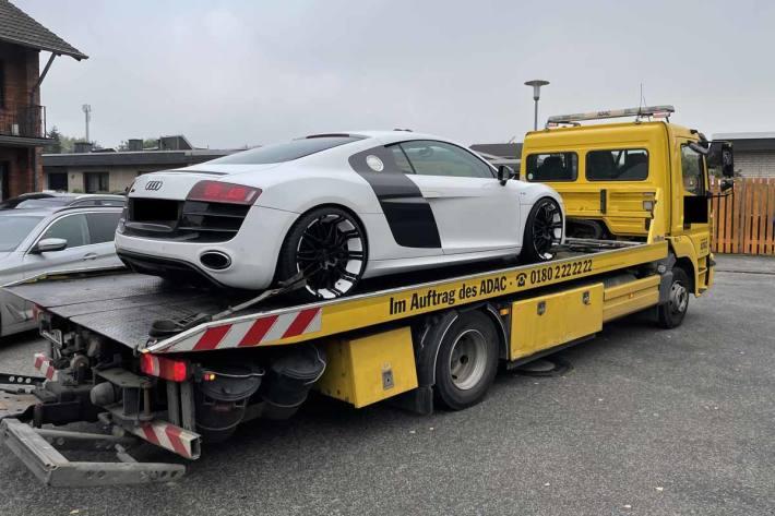 Zwei Sportwagen und Datenträger beschlagnahmt