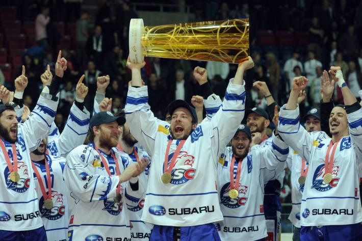 Robert Nilsson mit dem Schweizermeisterpokal 2014