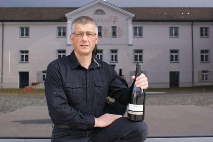 Rebmeister Moritz Villinger mit dem Bündner Regierungswein.