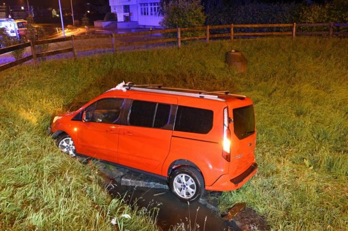 In Neuenkirch LU geriet gestenr ein Auto in ein Retentionsbecken.