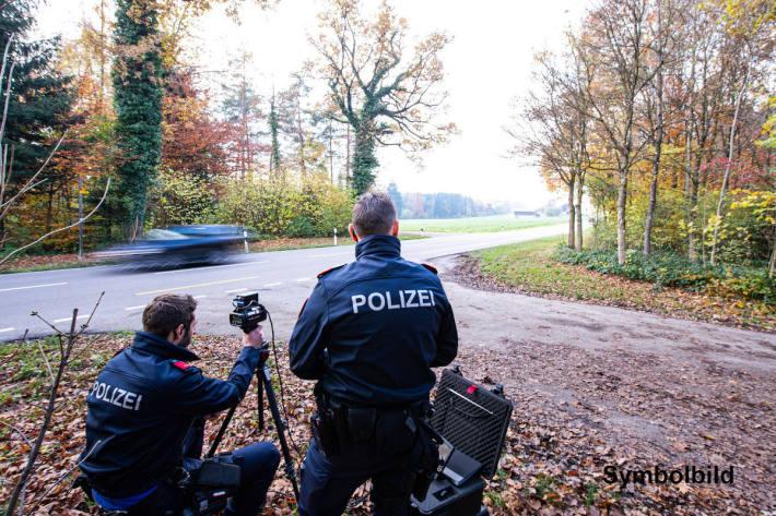 Verkehrskontrolle stoppt Schnellfahrer und illegale Tuner in Bassersdorf – Symbolbild