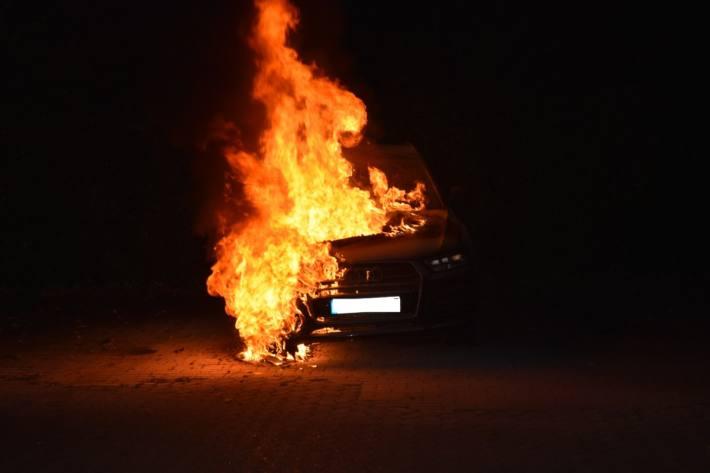 In Stade wurde ein Audi von einem Brandstifter angezündet.