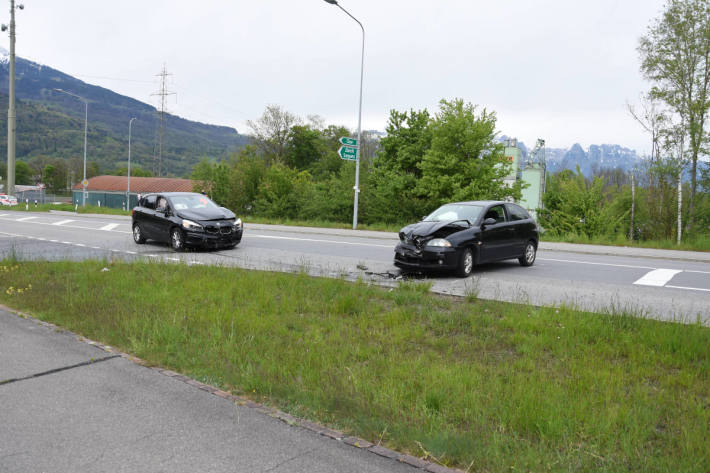 Zwei verletzte Autofahrerinnen nach Frontalkollision in Sevelen