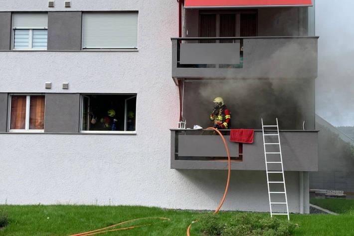 Löscharbeiten in der Grienbachstrasse in Zug