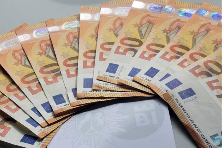 Auf einem Kontoauszugsdrucker lag in Bielefeld eine Tüte mit zahlreichen Geldscheinen - insgesamt ein Betrag von 700 Euro