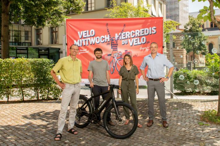 Der Gewinner M. Pauwels aus Bern nimmt in Anwesenheit vom Bundesamt für Energie und Pro Velo Schweiz den Hauptpreis von Velo-Mittwoch entgegen.