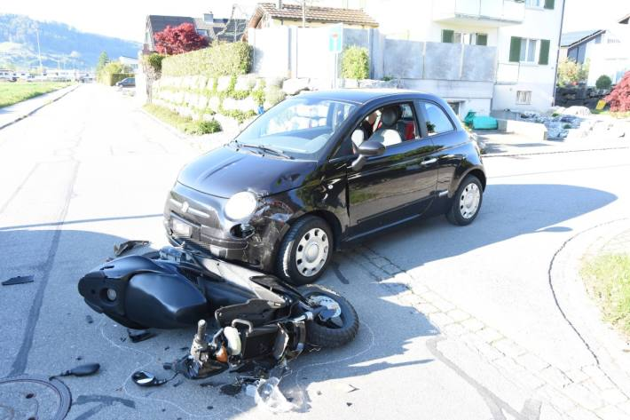 In Heerbrugg SG kam es gestern zu einer Kollision zwischen einem Auto und einem Roller.