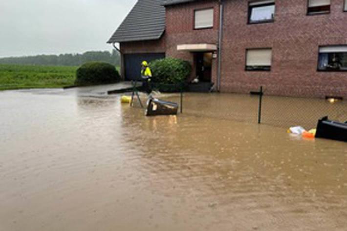 Eine Vielzahl von Häusern im Bereich Angermunder Weg, Kleine und Große Dörnen sind Keller überflutet worden