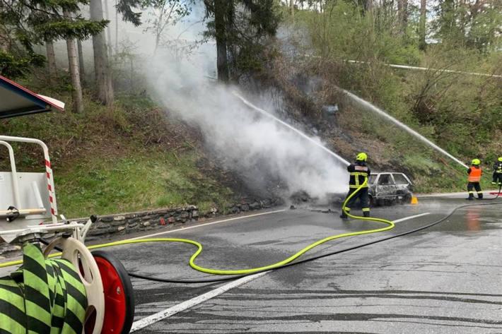 Feuerwehr verhindert Brandausweitung auf Wald