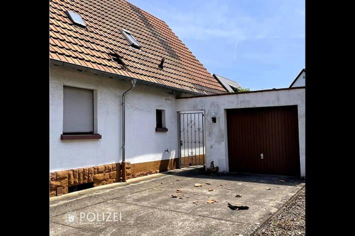 Schaden am Dach und gelandete Gehwegplatte in Kaiserslautern