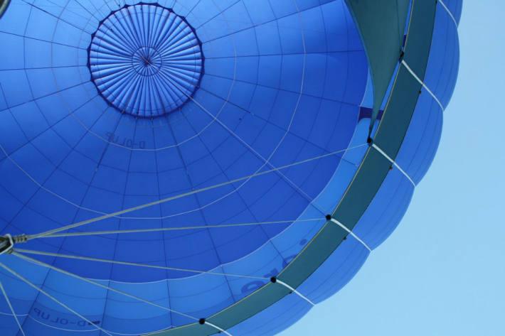 In Greinbach musste gestern ein Heissluftballon auf der Bundesstrasse landen. (Symbolbild)