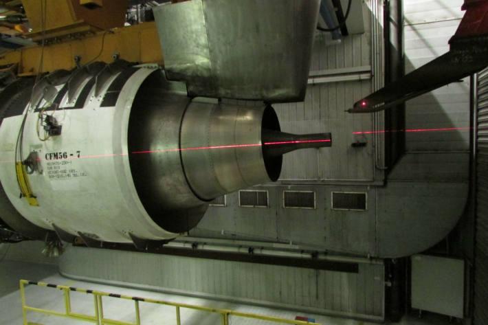 Nahaufnahme Turbine im Prüfstand mit ausgerichteter Aerosol-Entnahmesonde (rechts)