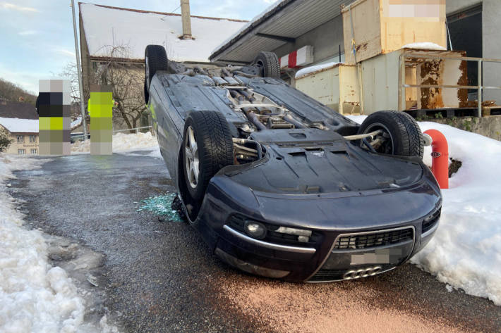 Auto aufs Dach gelegt in Thalheim AG