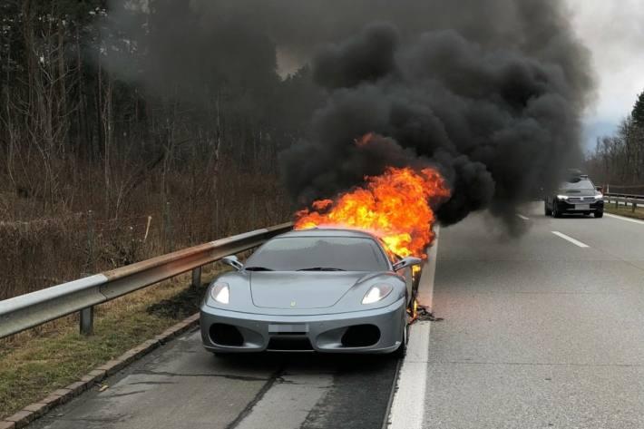 Während der Fahrt ist der Ferrari auf der Autobahn A13 in Brand geraten.