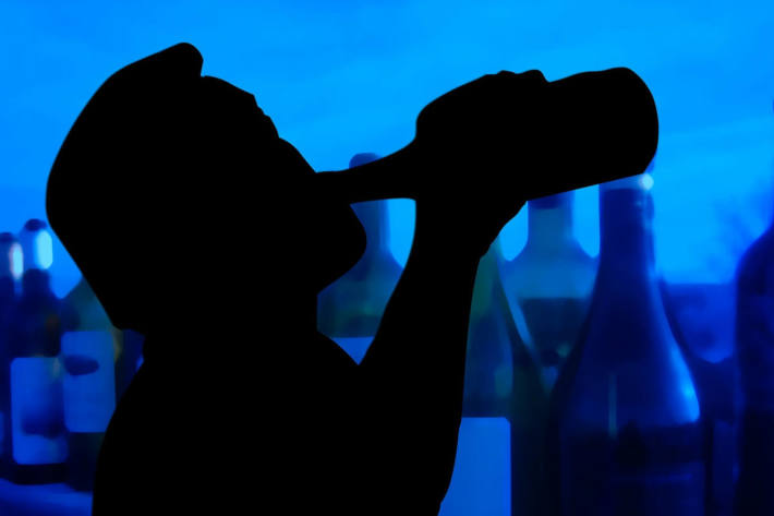 Symbolbild Mann trinkt Alkohol
