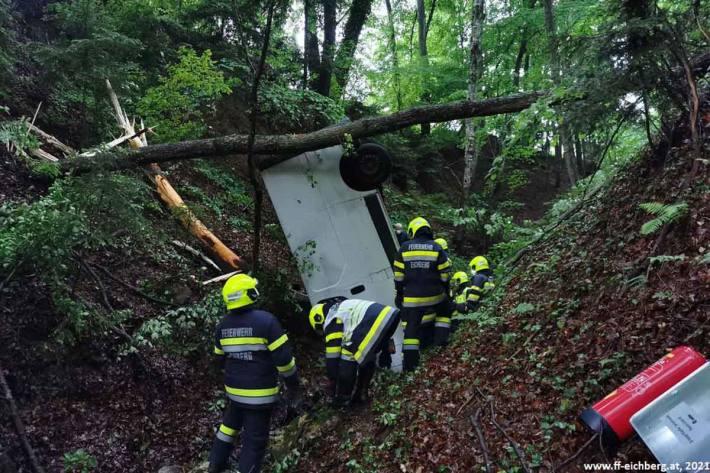 Ein Lieferwagen war aus unbekannter Ursache in einer scharfen Linkskurve von der L429 abgekommen und ca. 20 m durch den Wald in einen tiefen Graben gestürzt