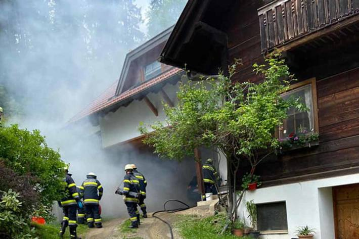 Der Brand konnte durch Kräfte der Feuerwehren Zweinitz, Weitensfeld und Gurk gelöscht und ein Übergreifen der Flammen auf das Wohnhaus verhindert werden
