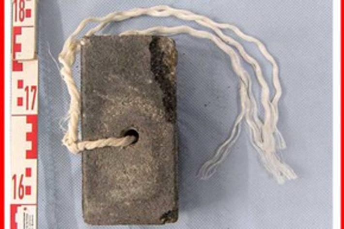 Einer der sichergestellten Plastersteine in der polizeilichen Spurensicherung