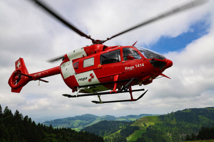 Passanten leisteten dem Verletzten erste Hilfe, bis das aufgebotene Team der Rega dessen Versorgung übernahm und den Mann ins Spital flog (Symbolbild)