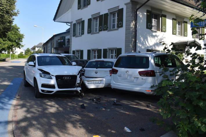 Autofahrerin verliert Kontrolle über Auto und fährt in parkierte Fahrzeuge