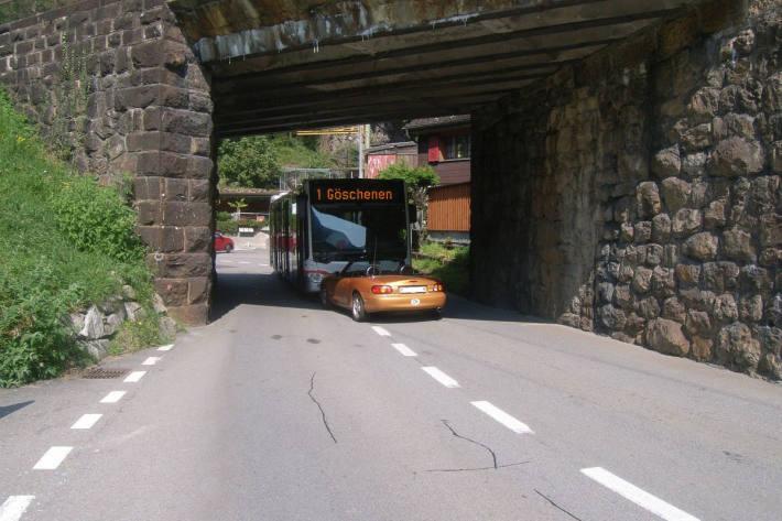 Bus mit Personenwagen kollidiert