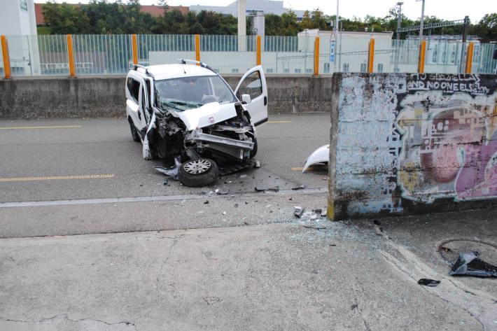 Autofahrer kollidiert mit Mauer
