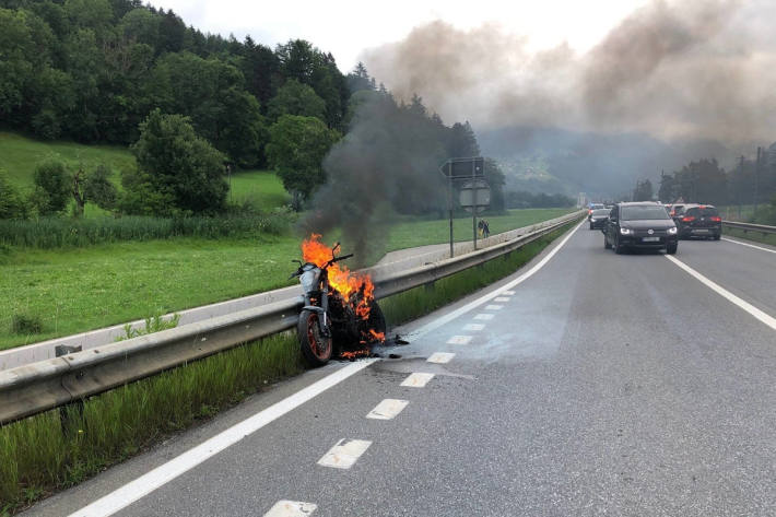 Brennendes Motorrad auf der N28 bei Grüsch