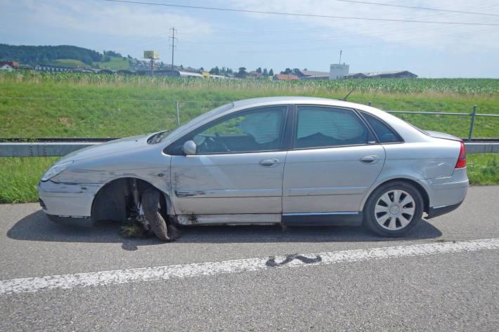 In die Mittelleitplanke auf der A1 bei Sirnach gekracht