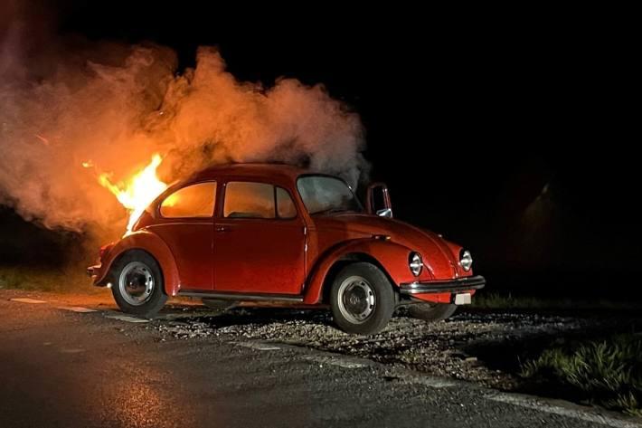 In Schlattingen TG ist ein alter VW Käfer in Flammen aufgegangen.