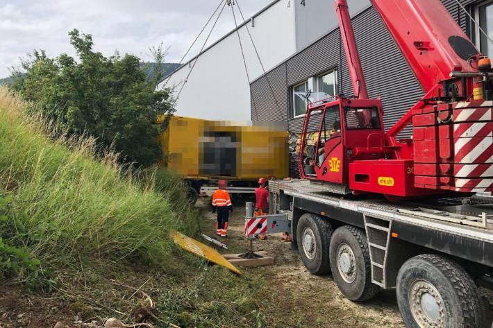 Mit einem Spezialkran wurde der Lastwagen geborgen.